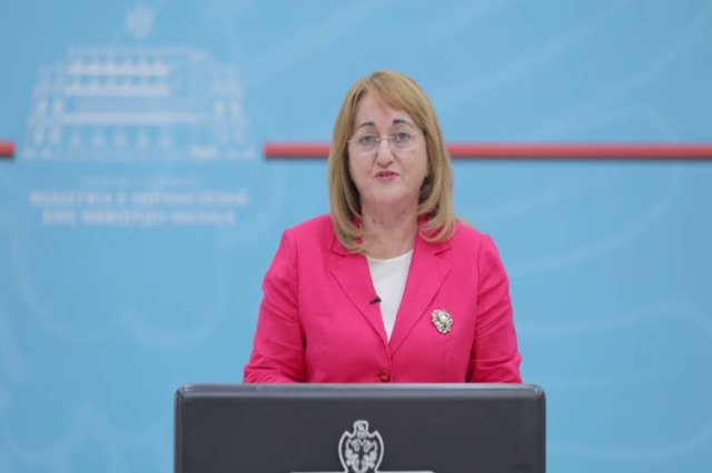 Zv.ministrja Rakacolli: Aktualisht, nuk është e nevojshme mbyllja e shkollave