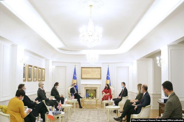 Ushtruesja e detyrës së presidentit të Kosovës, Vjosa Osmani, takon ambasadorët e vendeve të Kuintit