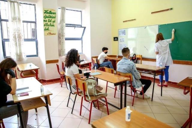 Paga mesatare e një mësuesi në arsimin e mesëm u rrit me mbi 21% prej vitit 2013