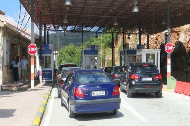 Kapshticë: Rradhë të gjata në pikën e kalimit kufitar drejt Greqisë