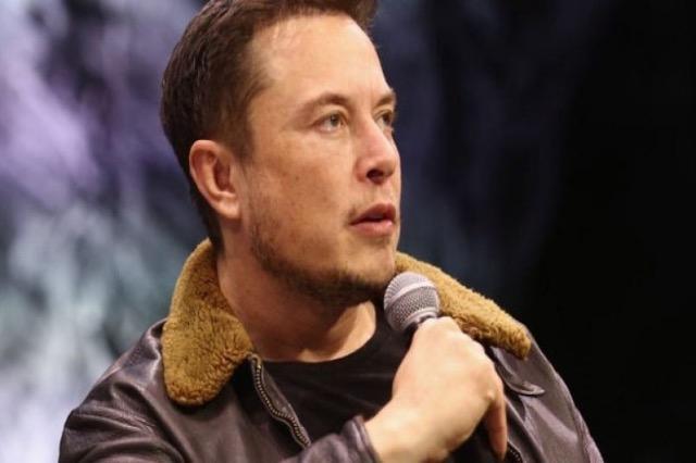 Elon Musk i përgjigjet një kërkese nga një person që i kishte dërguar të njëjtin mesazh 154 herë