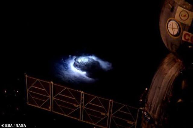 Drita blu nga retë; Stacioni Ndërkombëtar i Hapësirës regjistron fenomenin e jashtëzakonshëm
