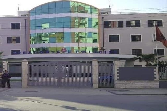 Kanosën pronarin e një lokali në Durrës dhe i thyen xhamat, arrestohen dy autorët