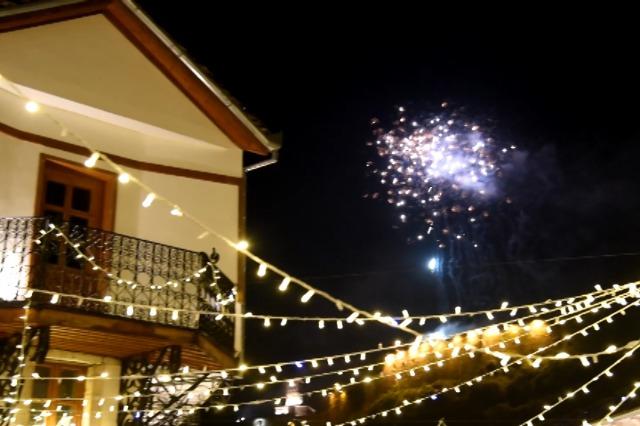 Gjirokastër, spektakël fishekzjarresh, me rrugët bosh
