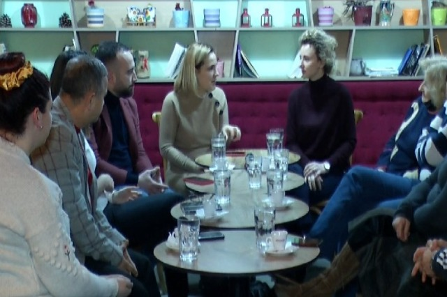 Kryemadhi me banorët e 'Ali Demit': Shqipëria sot s'ka nevojë për fjalë të bukura
