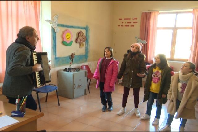 """15 fëmijë zhvillojnë talentin në kursin e këngës pranë Qendrës Kulturore """"Fato Berberi"""""""