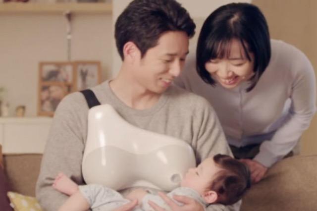 """Shpikja e re që lejon burrat të ushqejnë foshnjat me """"gji"""""""