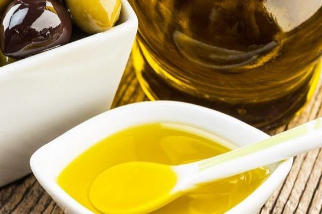 Vaj ulliri me kripë, si ta përdorni kundër problemeve me kockat