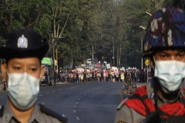 Ushtria në Mianmar shpërndan protestuesit kundër puçit