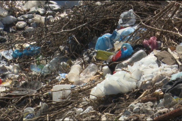 Kakoz  përroi kthehet në venddepozitim i mbetjeve urbane , rrrezik për vatër sëmundjesh.