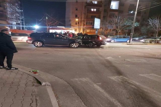 Përplasen dy makina në Elbasan, dërgohet në spital një grua shtatzënë