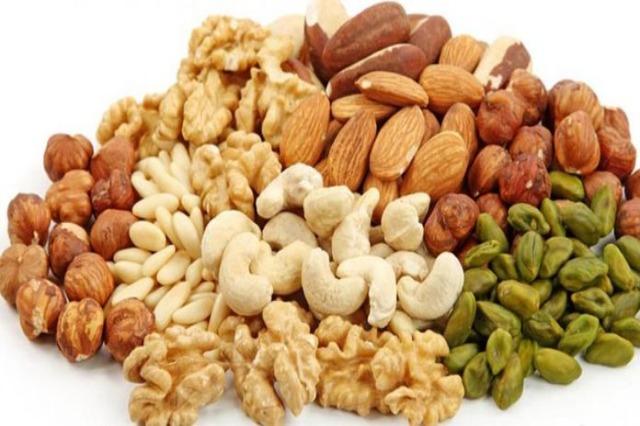 Frutat e thata, zëvendësues të ushqimeve të dëmshme midis vakteve