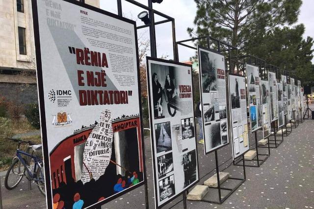 """Ekspozita """"Rënia e një diktatori"""" në sheshin """"Skënderbej"""""""