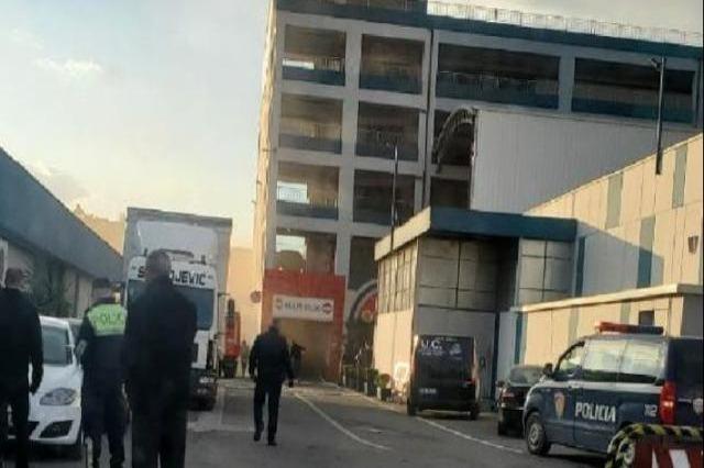 Zjarri në qendrën tregëtare, vazhdon operacioni i kërkim-shpëtimit për një punonjës