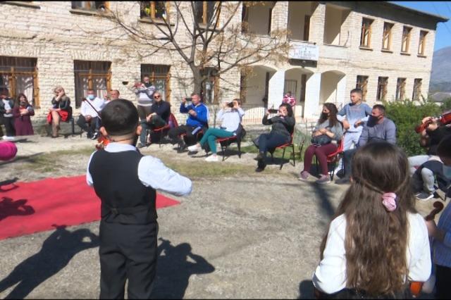 Gjirokastër, fëmijët gjirokatritë urojnë mësuesit për festën e 7 Marsit