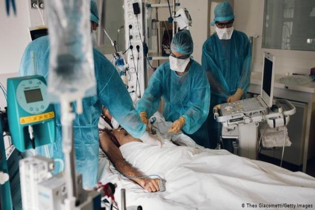 Franca bëhet vendi i tretë në Europë që kalon 100 mijë vdekje nga Covid-19