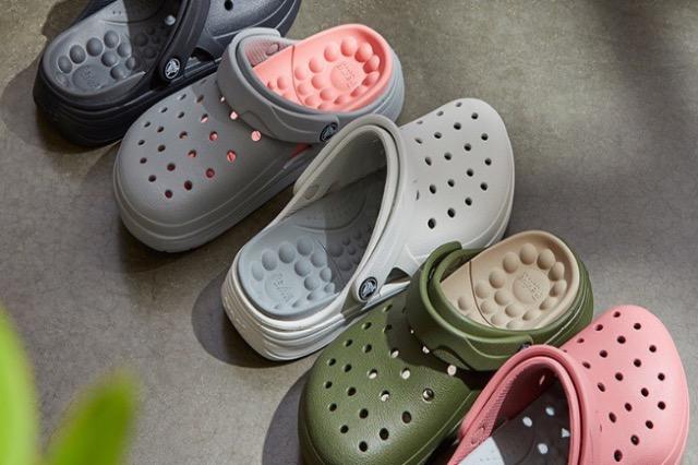 Sandalet 'Crocs' shënojnë shitje rekorde pas popullaritetit gjatë pandemisë COVID-19