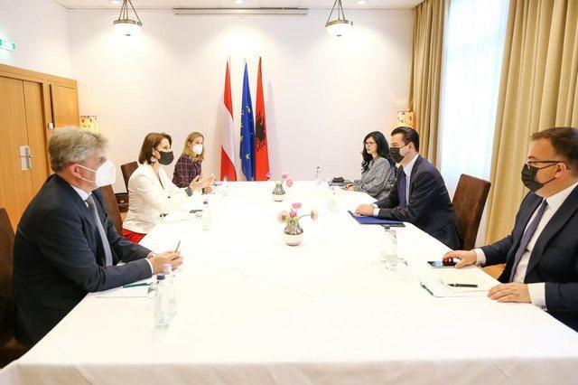 Kreu i PD Basha takon ministren austriake, denoncon zgjedhjet e 25 prillit