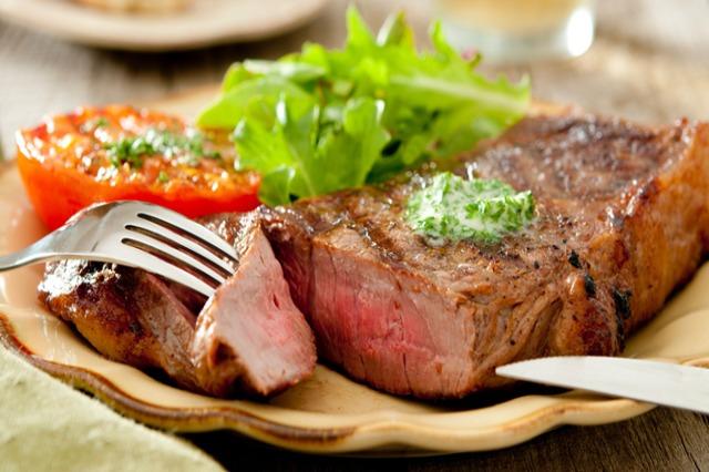 Çfarë i ndodh trupit tuaj kur konsumoni sasi të tepruara të mishit?