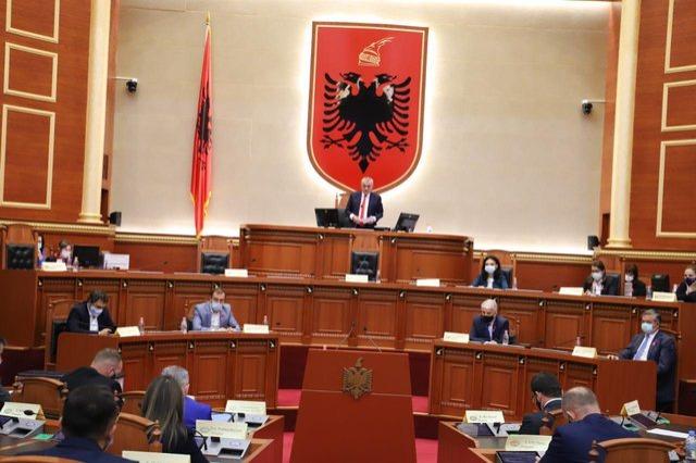 Kush janë 7 deputetët që votuan kundër dhe abstenuan për shkarkimin e presidentit