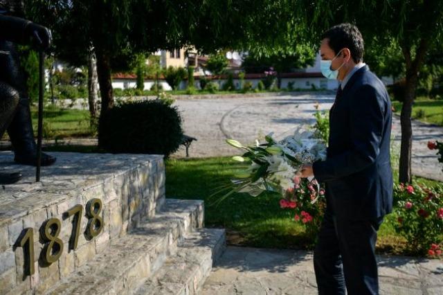 Para nisjes për në Tiranë, Kurti homazhe te Lidhja e Prizrenit