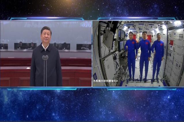 Xi Jinping-u bisedon me astronautët kinezë në modulin kryesor të stacionit hapësinor