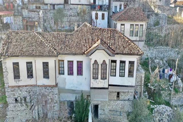 "Berat, restaurohen banesa ""Monument kulture"""