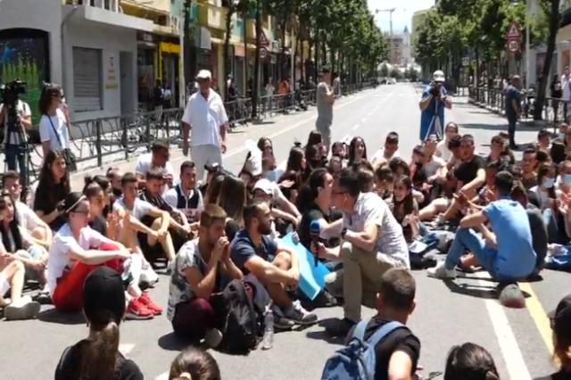 Tiranë,  maturantët në protestë pas provimit të Matematikës: Teza shumë e vështirë
