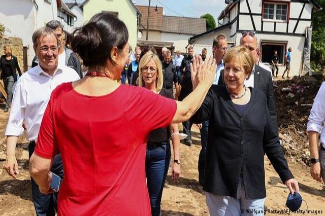 Merkel viziton banorët e zonave të përmbytura dhe depon e ndihmave ushqimore