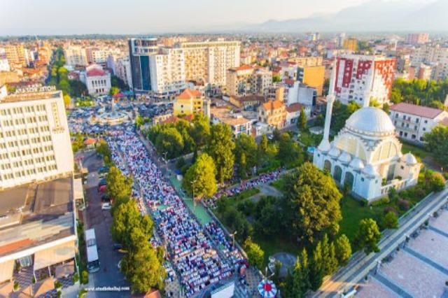 Kurban Bajrami kremtohet në qytetet shqiptare