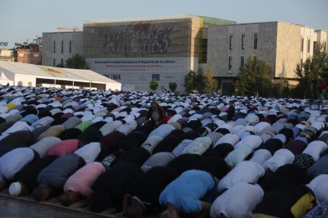 Besimtarët myslymanë shqiptarë falin namazin e Kurban Bajramit
