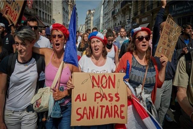 Sulmohen qendrat e vaksinimit në Francë