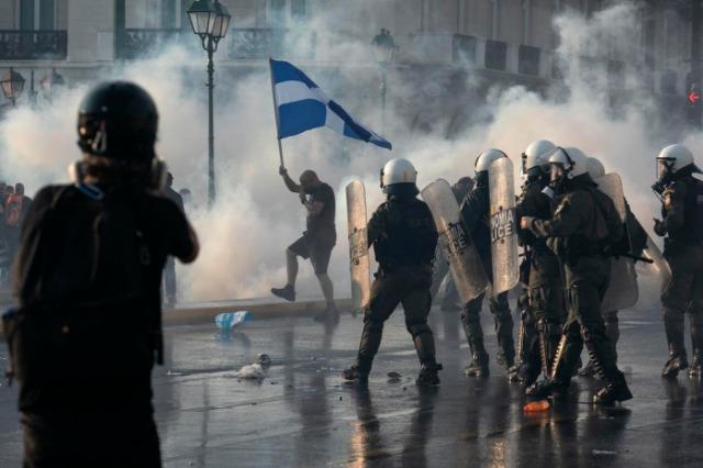 Masat kundër pandemisë, përleshje në Athinë