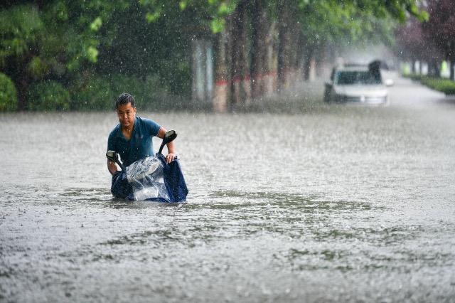 Përmbytje në Kinë, dhjetëra qytete të bllokuara, qindra të zhdukur