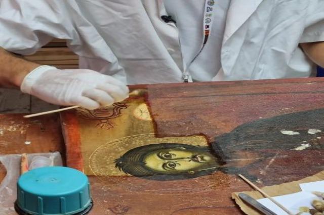 2 ikona-diamante të Kostandin Zografit, në proces restaurimi