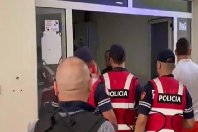 FOTOT/ Momenti kur, Aldi Rama, vrasësi i dyshuar i policit, mbërrin tek Trauma me barrelë