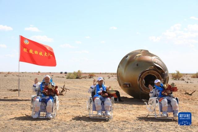 """Astronautët e """"Shenzhou-12"""" kthehen në Tokë të sigurt"""