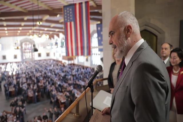 """Rama përshëndet studentët në Akademinë Ushtarake """"West Point"""""""