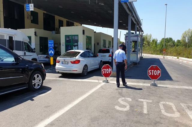 Covid-19, Mali i Zi forcon rregullat në kufi