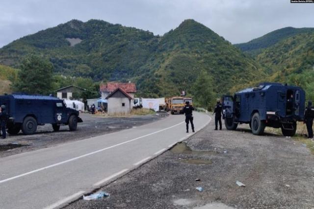 """Tensione dhe bllokadë në veri! """"DW"""" analizon situatën në kufijtë Kosovë-Serbi: Vazhdon reciprociteti i targave"""