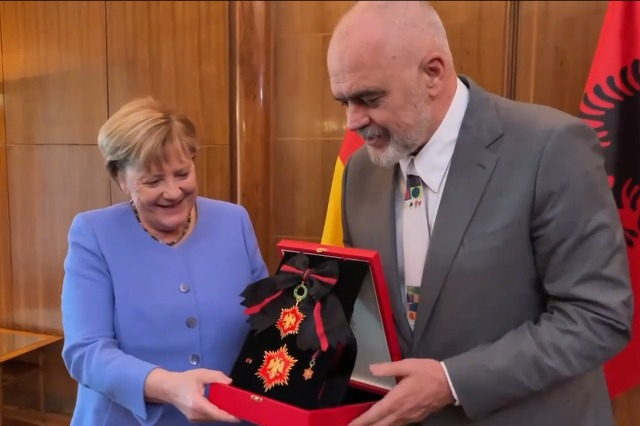 "Rama dekoron Merkelin me ""Yllin e  Mirënjohjes"""