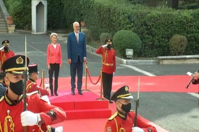 Presidentja e KE-së, Ursula von der Leyen në Tiranë, ceremoni mirëseardhje në Pallatin e Brigadave