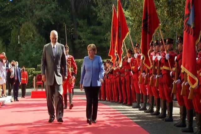 Merkel pritet nga Rama në Pallatin e Brigadave