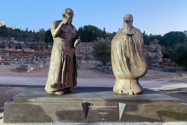 """Athinë, vendoset statuja e bronzit """"Takimi magjik, dialogu mes Konfucit dhe Sokratit"""""""