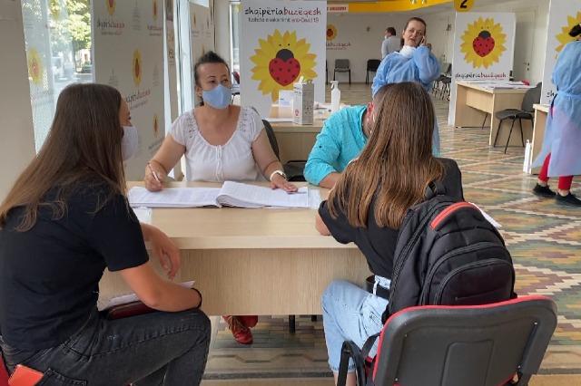 Covid-19, të rinjtë shtojnë vëmendjen ndaj procesit të vaksinimit