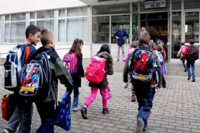 Nis viti i ri shkollor, politika uron nxënësit në ditën e parë mësimore