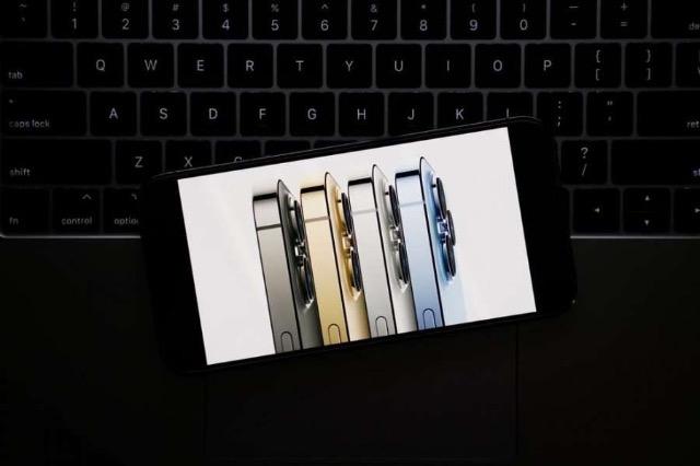 """""""Apple"""" redukton prodhimin e """"iPhone 13"""", shkaku i mungesës së çipave"""