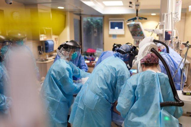 OBSH: Covid mund të ketë vrarë deri në 180,000 punonjës shëndetësorë në mbarë botën