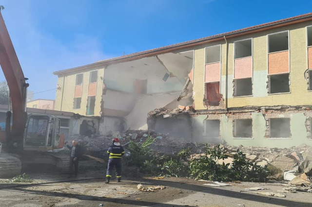"""Rindërtimi, IKMT shemb shkollën 9 -vjeçare """"Eftali Koçi"""" në Durrës"""
