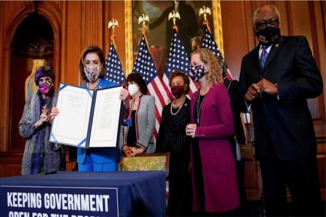 Biden nënshkruan projekt-ligjin që shmang mbylljen e qeverisë, pak orë para skadimit të afatit